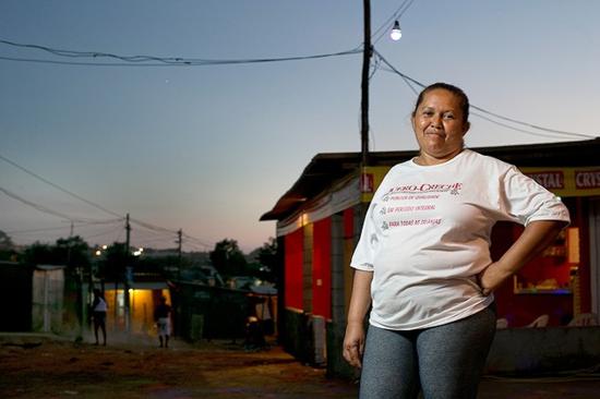 Mujer en el barrio de Jardim Columbia