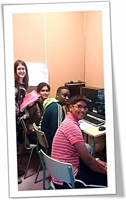 Estudiantes del Comité en la sala de radio, enviando mensajes de igualdad para Senegal para el día de la mujer trabajadora.