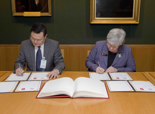Zhang Rong (left), President of Shandong University and Caroline Brazier (right), Director of Collections of the British Library, sign the Memorandum of Understanding