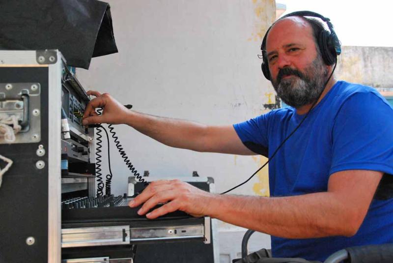 "Iván Marín junto a la mesa de sonido portátil con la que ""toma nota"" de cada secuencia/ R. Ovalle"