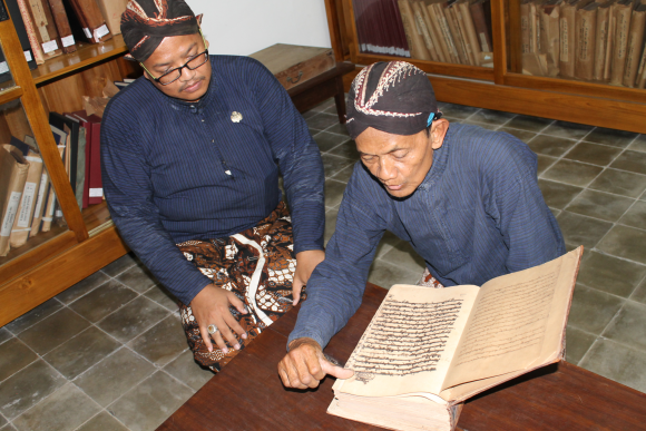 After the British sack of the court of Yogyakarta, only three manuscripts were left in the royal library: a copy of the Qur'an (copied in 1797), the Serat Suryaraja (1774), and a copy of Arjuna Wiwaha (1778)(Carey 1980: 13, n. 11). The manuscripts currently held in the Widya Budaya library therefore mostly postdate 1812, and Romo Rinto shows here a volume of archive documents in Javanese dating from the mid-19th century. Photo by A.T. Gallop, 24 September 2016.