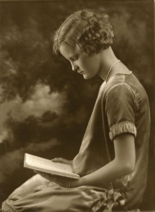 Doris Duke ca. 1925. Photograph by Kaiden Kazanjian Studios. Courtesy of Doris Duke Charitable Foundation and Rubenstein Library, Duke University.
