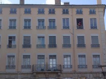 L - soutenu au balcon à Lyon