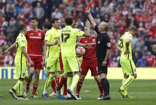 Un árbitro en un partido de la liga inglesa. / REUTERS