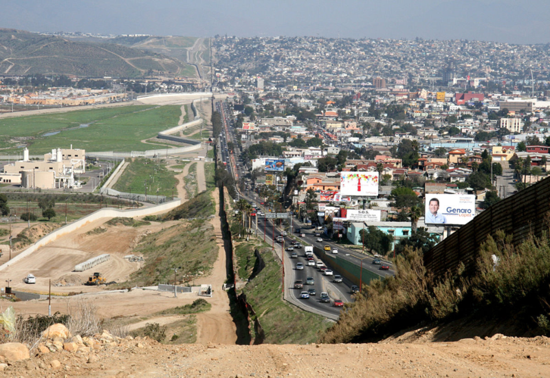 1200px-Border_Mexico_USA